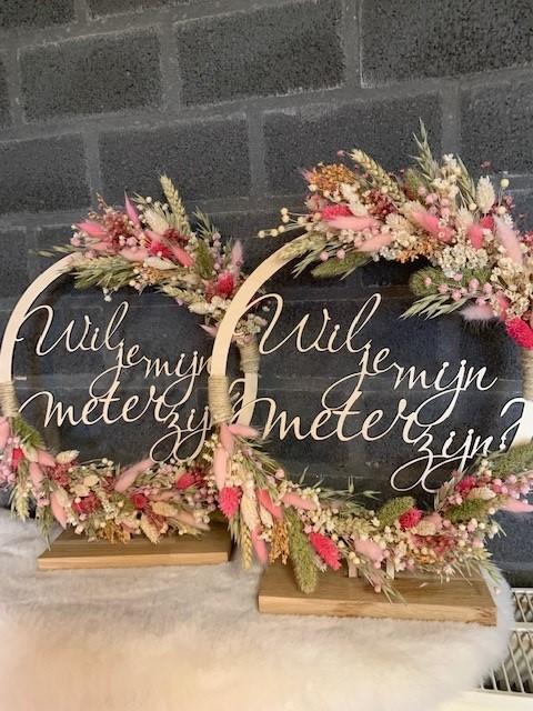 Bloemenhoop hout met slogan op voet