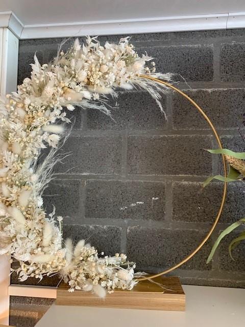 Bloemenhoop goud op voet