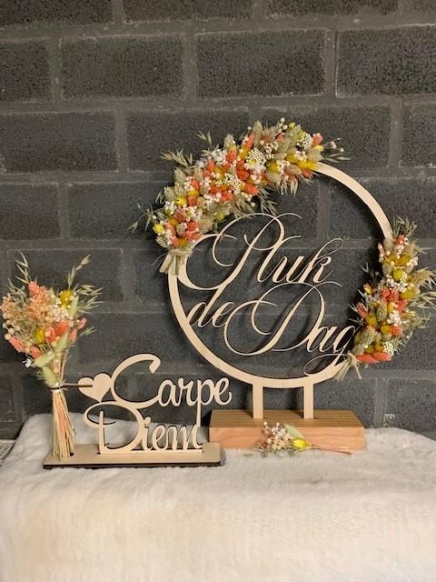 Bloemenhoop hout met quote op voet met accessoires